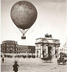 En 1878, une montgolfière sur la place du Carrousel s'envole. Derrière, on voit l'ancien palais des Tuileries, détruit en 1883.