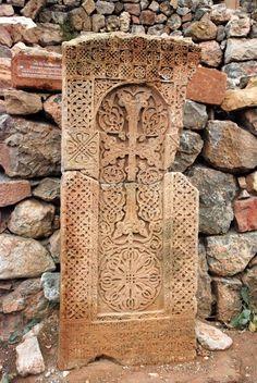 Ein Chatschkar, ein typischer armenischer Kreuzstein Hidden Garden, Wheel Of Life, Countries Of The World, Crucifix, Amazing Architecture, Historical Sites, Islamic Art, Carving, Masons