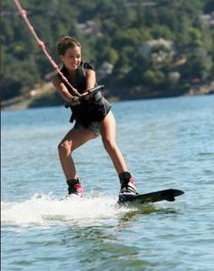 Learn to wakeboard without falling in just 1 hour! Our wakeboard instructional videos will help you become a great wakeboarder in no time. Teen Fashion Blog, Wakeboarding Girl, Sup Surf, Water Photography, Big Challenge, Lake Life, Skiing, Boating, Kitesurfing