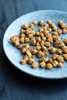 Virkelig sprøde ovnbagte kikærter med garam masala krydderi, lidt mel, olivenolie og salt. Vendes blot sammen og bages i ovnen - perfekt som sund snack.