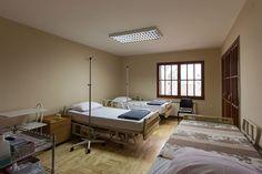 Velika bolesnička soba   Stacionarni tretman odvija se u jednokrevetnim i dvokrevetnim bolesničkim sobama opremljenim potrebnim nameštajem, klima uređajem, TV aparatom i pomoćnim sredstvima za primenu medicinskih procedura.  www.naltrexzone.rs/programi-lecenja#detoks