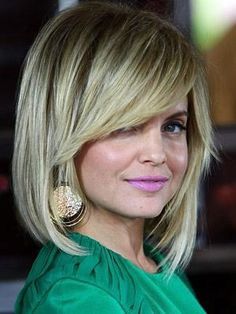 Mena Suvari, with an angled bob, sweeping bangs & piecey ends. - Beauty Darling