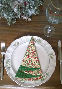 Sew this: Christmas Tree Shaped Napkins - Free Pattern Need to update your dinner table for the holidays? These Christmas Tree Napkins are so quick and easy! If you can sew a straight line you can make these! Christmas Tree Napkin Fold, Christmas Tree On Table, Fabric Christmas Trees, How To Make Christmas Tree, Easy Christmas Crafts, Christmas Sewing, Xmas Tree, Christmas Tree Ornaments, Christmas Ideas
