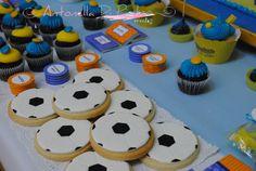 Football Cookies and sweet . Fiesta de fútbol, boca júniors http://antonelladipietro.com.ar/blog/2012/09/cumple-boca-junior/