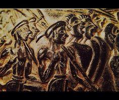 NOME: vado dei mietitori Nell'epoca minoica anche i contadini lavoravano per il palazzo, trattenendo però parte del raccolto per il loro fabbisogno. DATAZIONE: 1550/1500 a.C (periodo miceneo) TECNICA/MATERIALE: la decorazione del vaso è in steatite con decorazioni a rilievo.  LUOGO DI CONSERVAZIONE/RITROVAMENTO: fu ritrovato a Haghia Triada ed ora si trova al museo archeologico di Iraklion