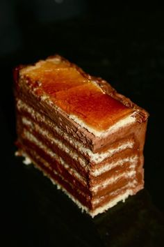 Dobostorta, delicious cocoa cream and crunchy caramel are the favorites of many. A drum slice is a much easier way to make sweets, but the taste is the same as a cake. Hungarian Desserts, Hungarian Cake, Romanian Desserts, Romanian Food, Hungarian Recipes, Sweets Recipes, Cake Recipes, Kolaci I Torte, Eggnog Recipe