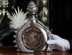 Say hello to The Diamond Sterling, the world's most expensive tequila bottle designed by Fernando Altamirano for Mexican distiller Hacienda La Capilla. Gold Bottles, Tequila Bottles, Liquor Bottles, Perfume Bottles, Alcohol Bottles, Drink Bottles, Vodka Martini, Most Expensive Alcohol, Best Tequila