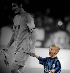 La felicidad de un niño al salir a la cancha con Gigi Buffon. #Momentos2015