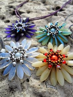 Bandrea gyöngyei Beaded Jewelry Designs, Seed Bead Jewelry, Pendant Jewelry, Beaded Brooch, Beaded Necklace, Beaded Bracelets, Beading Patterns Free, Flower Shape, How To Make Beads