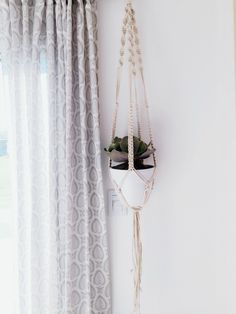Tutorial Porta Macetas de Macramé / DOS CASAS Betty Blue, Macrame Tutorial, Plant Hanger, Sewing, Knitting, Crochet, Interior, Sushi, Diy
