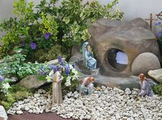 A more elaborate Easter Garden Resurrection Day, Easter Garden, Easter Story, Church Flowers, Easter Crafts, Easter Ideas, Easter Decor, Holy Week, Bible Crafts