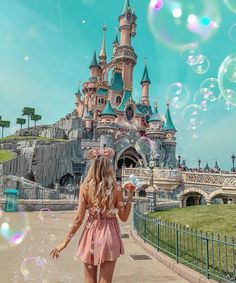 A trip to wonderland 🕊 have you ever been to Disneyland ? Who wants to go? Surprise to come soon on my account ♥️ . Disney World Outfits, Disney World Fotos, Disneyland Outfits, Disney Dream, Disney Style, Paris Photography, Photography Poses, Disney Vacations, Disney Trips