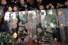 Balões espalhados pelo salão
