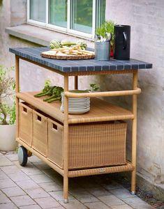 Et grillbord som Henley legger til rette for å spise ute hele sommeren. Her kan du kutte opp salaten og oppbevare bestikk og redskaper lett tilgjengelig. Herlig! Kitchen Cart, Terrazzo, Bar Cart, Teak, Furniture, Home Decor, Modern, Decoration Home, Room Decor