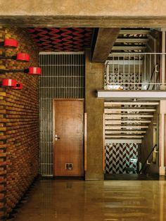 intérieur, architecture contemporaine espagnole : hall d'immeuble Carrer de Brusi, Barcelone, photo Romain Laprade, brun