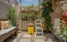 Ao ganhar móveis e acabamentos caprichados, o quintal virou uma gostosa sala de estar ao ar livre. No piso, placas de cimento 45 x 45 cm (R$ 31,50 o m², na Tumelero) foram cercadas por 15 sacos de seixos rolados (R$ 13 cada saco de 20 kg, na Navajo Pedras Decorativas). Rafael montou o banco do jardim com velhas tábuas. Contando os vasos e as plantas, o casal gastou R$ 200 para deixar todo o terracinho nos trinques.