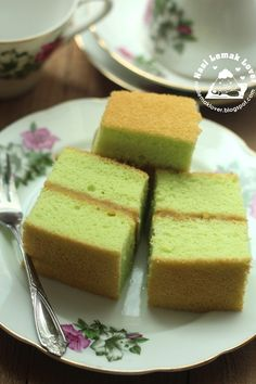 Since i have homemade Kaya (coconut jam), immediately think of to bake this pandan sponge cake that sandwich with Kaya filling which i ha. Scones, Coconut Jam, Pandan Cake, Biscuits, Muffins, Nasi Lemak, Cupcakes, Bread Cake, Asian Desserts