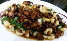 Le ma'a tinito est l'un des plats les plus populaires de la Polynésie. On le consomme avec du riz (et de la banane) avec une petite sauce soja et du vinaigre blanc.