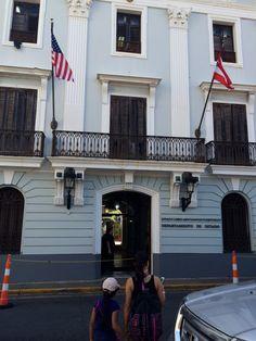 Banderas en edificio del Departamento de Estado. En buenas condiciones y bien ubicadas. 3:08pm