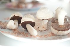 meringue mushrooms - these would be fun for an Alice in Wonderland tea party!  :)