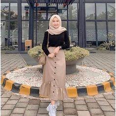 Sasa Skirt Rok kekinian Harga: Bahan: Balotelly All size fit to L Hijab Fashion Summer, Modest Fashion Hijab, Modern Hijab Fashion, Muslim Women Fashion, Street Hijab Fashion, Casual Hijab Outfit, Hijab Fashion Inspiration, Modest Outfits, Skirt Fashion