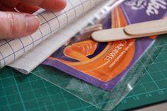 Gestern versprochen, kommt heute die Anleitung zum Nähen dieser lustigen kleinen Kramtaschen aus Schokipapier. Ihr braucht: ...