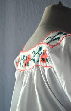 Beautiful blouse Mexican // Mexican Blouse Vintage 80's // Blouse Michoacana size S // Cross Stitch Blouse de GreenHatVintage en Etsy