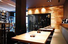 Una vinoteca de madera y acero, por balada juan arquitectura i disseny   Interiores Minimalistas  Color negre fusta acer Il.luminacio detalls acabats delicadesa. Lampares i taules de disseny exclusiu. Ambient botiga bar restaurant copes vi cava cervesa moments.   http://www.interioresminimalistas.com/2012/02/27/una-vinoteca-de-madera-y-acero-por-balada-juan-arquitectura-i-disseny/  http://www.baladajuan.com/gallery/tanins-vinoteca Steal wood wine shop design minimal