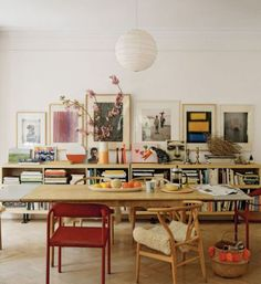Dining room with low bookcase, vintage art, mismatched chairs The Best of interior decor in - Interior Design Ideas for Modern Home - Interior Design Ideas for Modern Home Architectural Digest, Sweet Home, Deco Design, Flat Design, Design Design, Home And Deco, Dining Furniture, Dining Rooms, Furniture Design For Bedroom