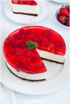 Cold cheesecake with mascarpone and strawberries - I Love Bake Sweets Cake, Cookie Desserts, Sweet Desserts, Sweet Recipes, Delicious Desserts, Mascarpone Recipes, Vegan Junk Food, Banana Pudding Recipes, Cupcakes