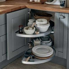 Understand how to create an l-shaped kitchen layout with Howdens. A versatile design that makes great use of wall space. Free planning and design service. Kitchen Styling, Kitchen Storage, Kitchen Decor, Kitchen Ideas, Ikea Kitchen, Kitchen Inspiration, Small U Shaped Kitchens, L Shaped Kitchen, Small Kitchen Layouts