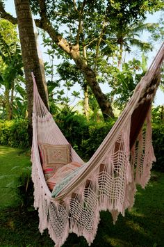 Who has not dreamed of having a nice outdoor hammock in which to spend hours of siesta or reading? Beautiful outdoor hammock ideas for your garden. Outdoor Spaces, Outdoor Living, Outdoor Decor, Outdoor Hammock, Hammocks, Hammock Ideas, Backyard Hammock, Interior Exterior, Interior Design