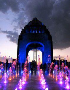 Fuentes de la Explanada del Monumento a la Revolucion. Ciudad de Mexico