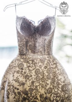 Detalle de corpiño corte corazón bordado de encajes florales color ivory.  Fotografia: Fiorella Velasquez Photography  #wedding #weddingdress #bride #brides #weddingdresses2016