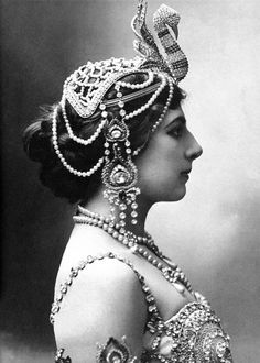 Mata Hari in 1910 wearing an Exotic Jewelled Swan Headdress. Mata Hari was the stage name of Margaretha Gertruida Zelle a Dutch exotic dancer Mata Hari, Glamour, Tribal Fusion, Foto Art, Vintage Circus, Vintage Burlesque, Vintage Gypsy, Vintage Woman, Vintage Hair