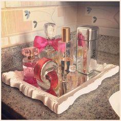 blogdonamae: Espelho emoldurado que virou bandeja para os perfumes, sobre a bancada do banheiro, aproveitando os espaços e organizando de um jeito charmoso! #arrumandooninho #aproveitandoespaços #useoquevocêtem