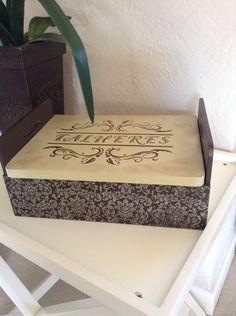 Porta talher com tampa em madeira de MDF , pintado á mão , textura em relevo nas letras, acompanha protetor em tecido para os talheres. <br>O valor éo produto + o frete.