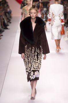 Fendi Spring 2019 Ready-to-Wear Fashion Show Collection: See the complete Fendi Spring 2019 Ready-to-Wear collection. Look 43 Couture Fashion, Runway Fashion, Fashion Models, Fashion Brands, Spring Fashion, High Fashion, Autumn Fashion, Womens Fashion, International Fashion