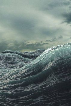 Die rauhe See. Ich liebe es, am Meer zu sein und dem Sturm zuzusehen, wie er mit den Wellen spielt ♡ The rough sea. I love to be by the sea watching the storm play with the waves ♡ Sea And Ocean, Ocean Beach, Sky Sea, Stormy Sea, All Nature, Am Meer, Sea Waves, Ocean Life, Belle Photo