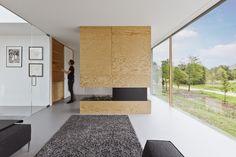Een minimalistische vormgeving en duurzame uitgangspunten kenmerken een villa nabij Bloemendaal, ontworpen door Architectenbureau Paul de Ruiter. Het interieur is door i29 interior architects op dezelfde wijze benaderd en gerealiseerd met vooral natuurlijke materialen.