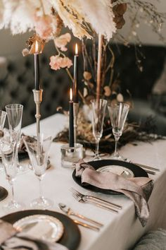Okay, this cozy winter wedding inspiration has turned the heat up on neutrals! Wheat, rust and onyx never looked so good. And when you see the drippy chocolate naked cake, you will understand why. Table Setting Inspiration, Winter Wedding Inspiration, Inspiration Candles, Wedding Table Settings, Wedding Reception Decorations, Wedding Tables, Amazing Wedding Cakes, Decoration Table, Wedding Designs