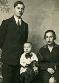 This site exists to discredit the idea of the Victorian standing post mortem photo. Post mortem photos do exist, but none of them are stand alone. Funny Family Photos, Vintage Family Photos, Vintage Photographs, Vintage Pictures, Photographie Post Mortem, Fotografia Post Mortem, Photo Post Mortem, Post Mortem Pictures, Call Of Cthulhu