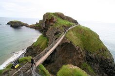 I want to walk this bridge! Carrick-a-Rede Rope Bridge – Northern Ireland. (The rope bridge spans the wide chasm over the high drop) Places Around The World, Around The Worlds, Scary Bridges, Rope Bridge, England Ireland, Ireland Travel, British Isles, Northern Ireland, Amazing Nature