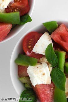 Geschmacksharmonie pur ! - es ist wirklich total überraschend, wie perfekt die einzelnen Zutaten in diesem Salat zusammenpassen: einfach, schnell, lecker ! 😋 Mozzarella, Vegan Recipes, Vegan Food, Caprese Salad, Eat, Life, Women, Style, Watermelon