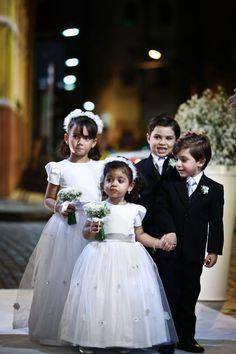 Casamento Clássico – O Dia D da Paloma Wedding Bells, Wedding Events, Weddings, Pageboy Outfits, Luxury Wedding, Dream Wedding, Wedding Flower Girl Dresses, Flower Girls, Wedding Stage Decorations