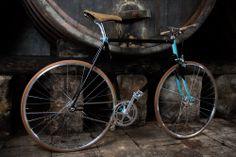 Un vino di qualità, per prendere corpo e aroma deve decantare per diversi mesi nelle botti; come una bici scatto italiano, fatta a mano da artigiani di generazioni.