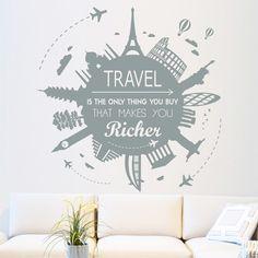 """Vinilo decorativo con la frase """"Travel is the only thing you buy that makes you richer"""" (Viajar es la única cosa que se compra que te hace más rico). ¡Ideal para decorar las paredes de los más viajeros!"""
