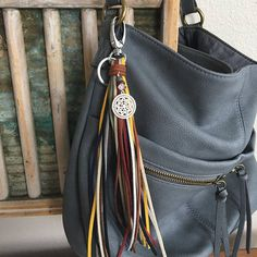 Leather Diy Crafts, Leather Gifts, Leather Craft, Leather Accessories, Leather Jewelry, How To Make Leather, Handmade Keychains, Diy Tassel, Creation Couture