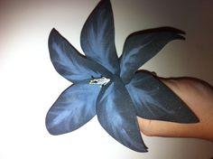 Flor negra realizada en foamy
