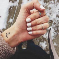 tatuajes-pequeños-en-la-muñeca-mujer-tatuaje-de-ancla-uñas-pintadas-en-blanco